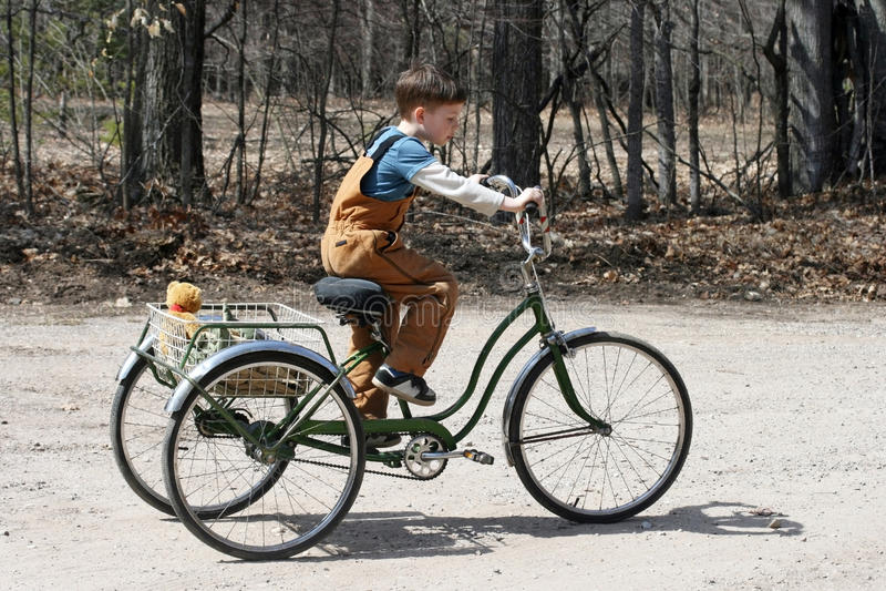 pojketrehjuling arkivbild