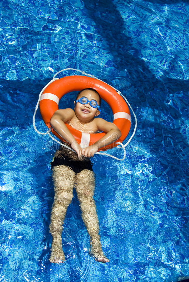 pojkeuppblåsbarcirkel royaltyfri foto