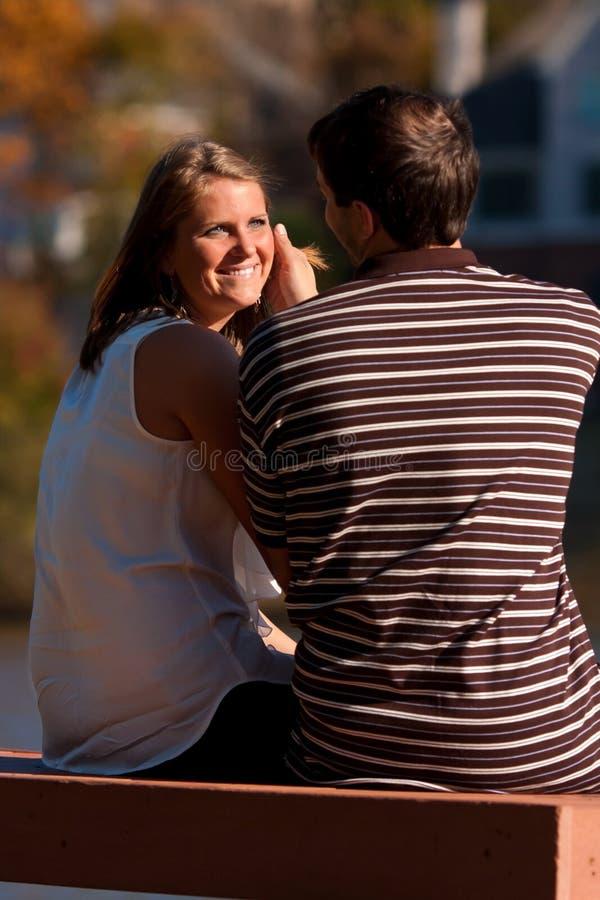 pojkvännen ger den älska kvinnan för looken royaltyfri fotografi
