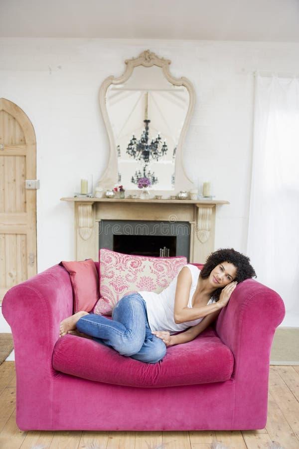 pokój żyje kobieta siedząca uśmiechnięta zdjęcie royalty free