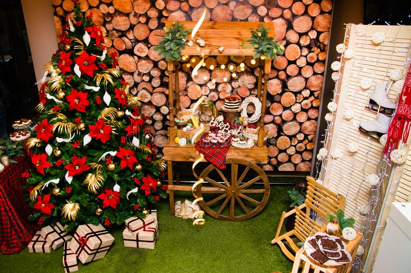 Pokój dekorujący i przygotowywa przyjęcie gwiazdkowe zdjęcie royalty free