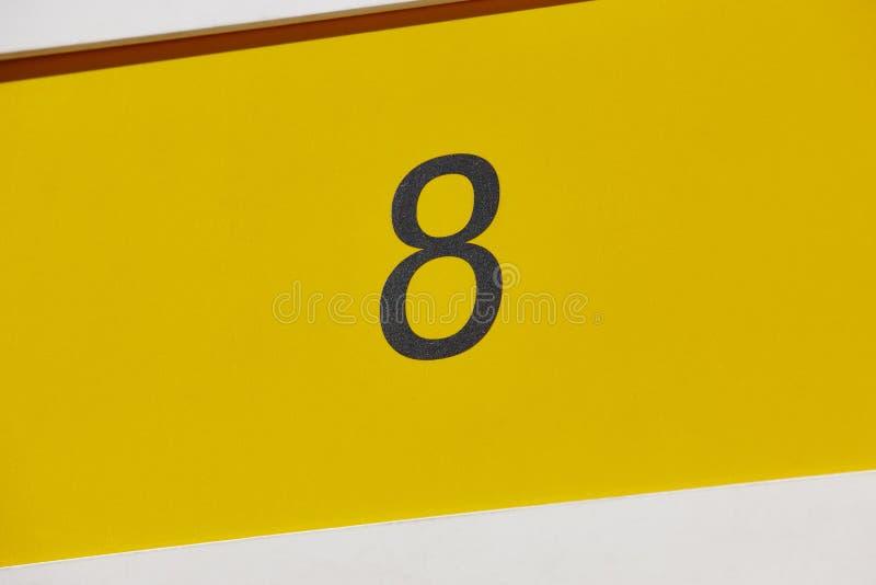 Pokój hotelowy liczba osiem, żółty tło Turystyczny mieszkanie zdjęcia stock