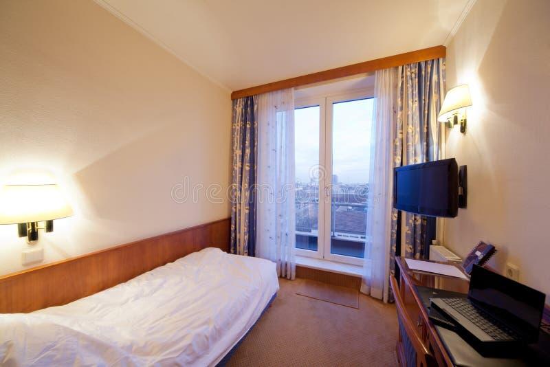 Pokój hotelowy z łóżkiem, tv zdjęcia stock