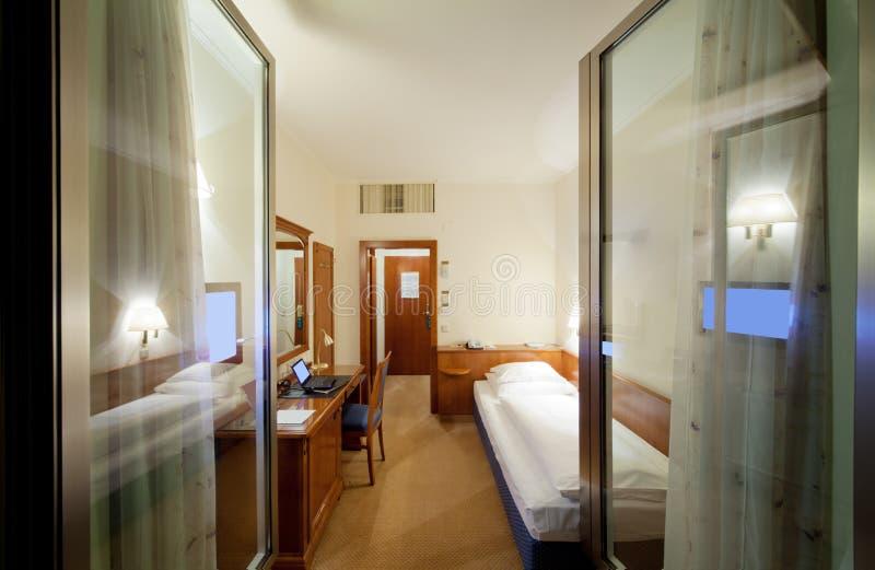Pokój hotelowy z łóżkiem, tv, lustro obraz stock