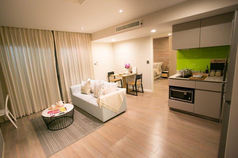 Pokój i kuchnia z łomotać stół w kondominium obrazy royalty free