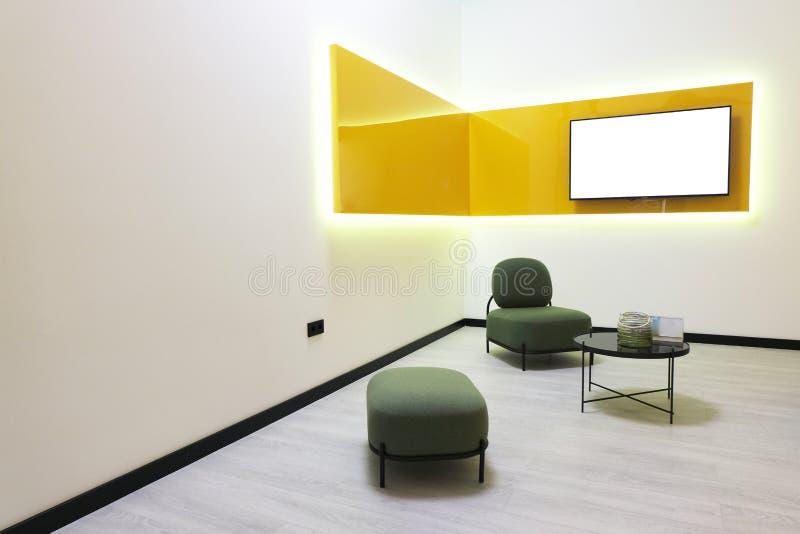 Pokój konferencyjny w nowożytnym stylu Minimalistic Wewn?trzny projekt Egzamin pr?bny Biel przestrzeń na TV ekranie Kolory ? zdjęcie stock