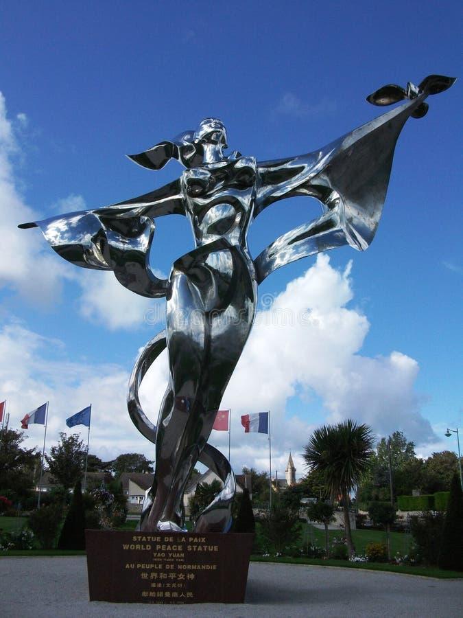 Pokój statua w Normandy, Francja - srebna kobiety mienia gołąbka zdjęcie royalty free