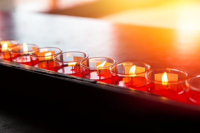Pokój w Azjatyckiej świątyni Buddha świeczki modlitewny światło zdjęcia royalty free