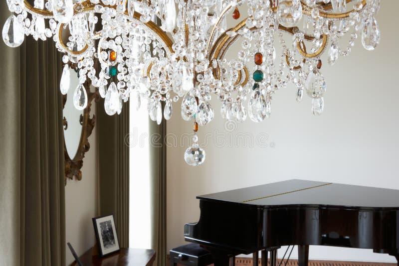 Pokój W Nowożytnym domu Z świecznikiem I Uroczystym pianinem zdjęcia royalty free
