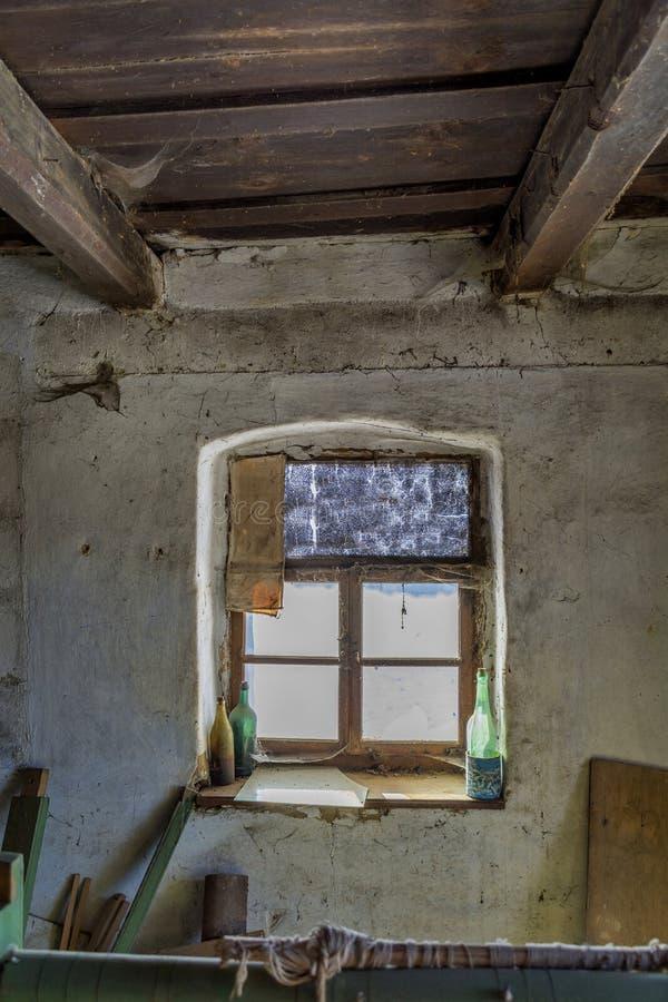 Pokój w starym zaniechanym domu z grunge ściennym i drewnianym sufitem Stara nadokienna rama w zaniechanym wiejskim domu obrazy royalty free