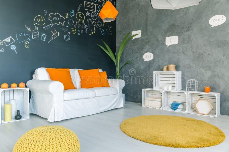Pokój z żółtym dywanem zdjęcia royalty free