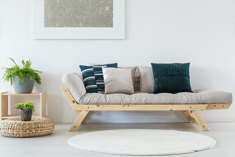 Pokój z białym round dywanem obrazy stock