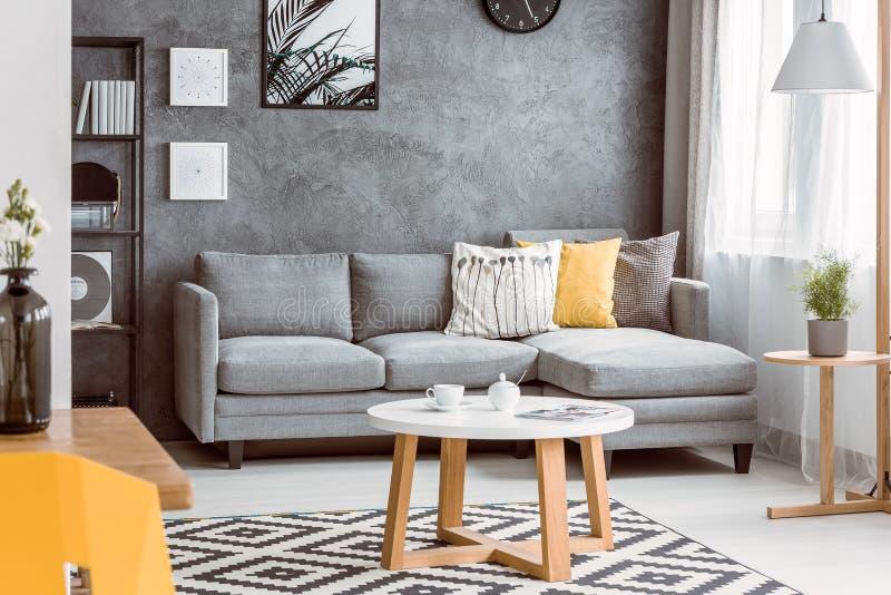 Pokój z drewnianym stolik do kawy obrazy stock