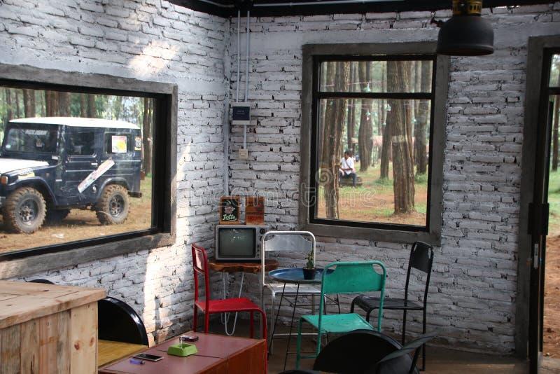 Pokój z starą żelazną telewizją i krzesłem zdjęcie royalty free