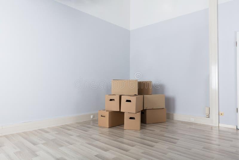 Pokój Z stertą kartony obrazy stock