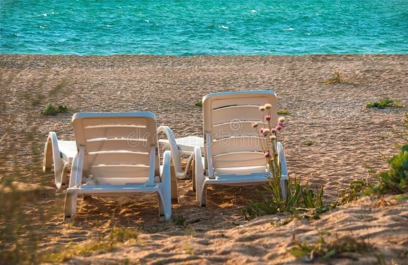 Pokładów krzesła na piasek plaży fotografia royalty free