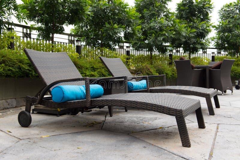 Pokładów krzesła przy basenem zdjęcie stock