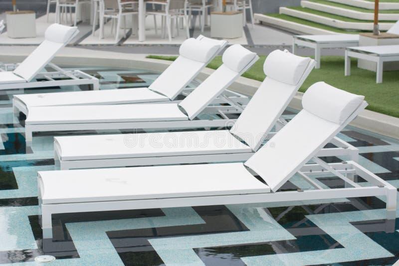 Pokładów krzesła w tropikalnym hotel w kurorcie obrazy stock