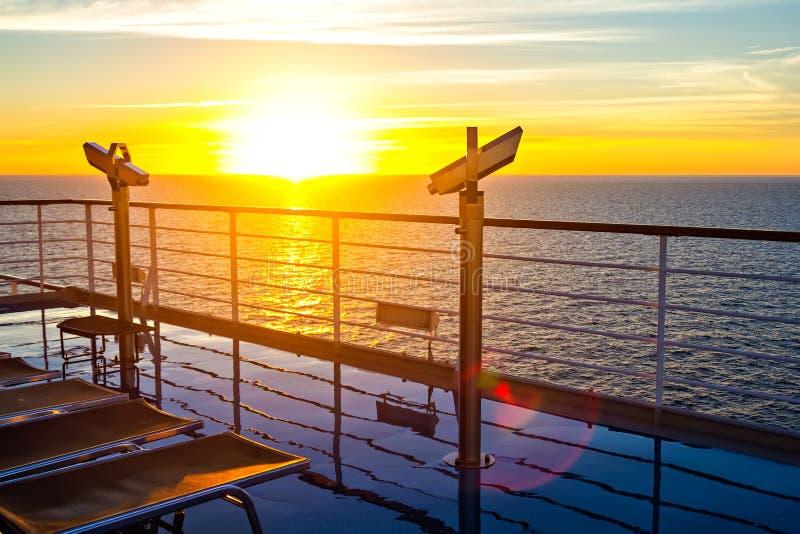 Pokład statku wycieczkowego jaśnienie ranku słońcem zdjęcia stock