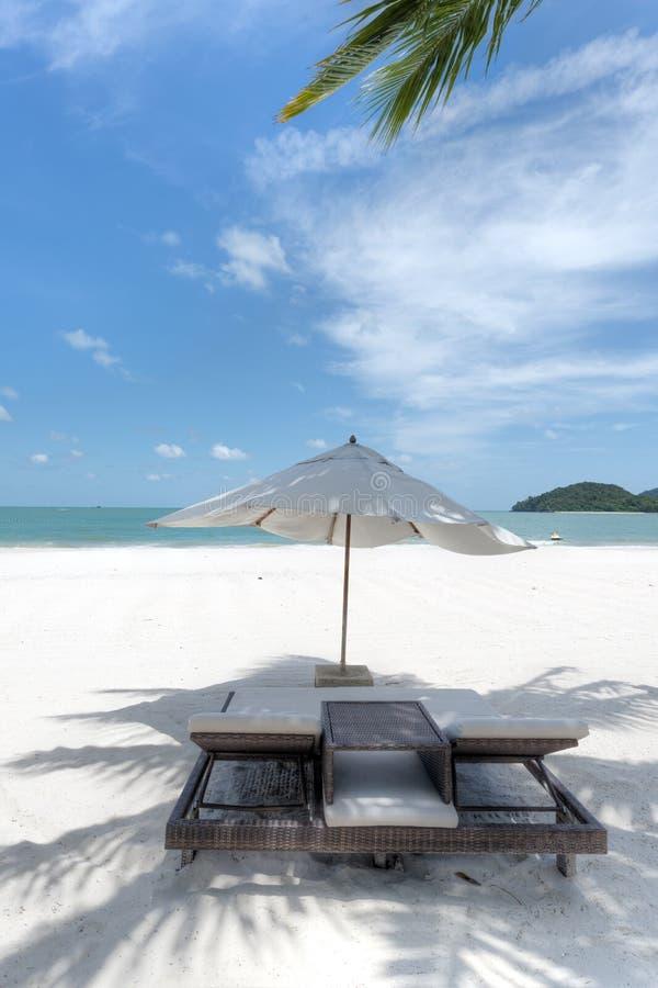 Pokładu parasol na plaży i krzesła obraz stock