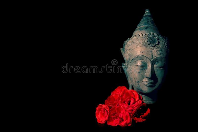 pok?j i mi?o?? Tradycyjna medytuje Buddha głowa z czerwonymi różami obraz stock