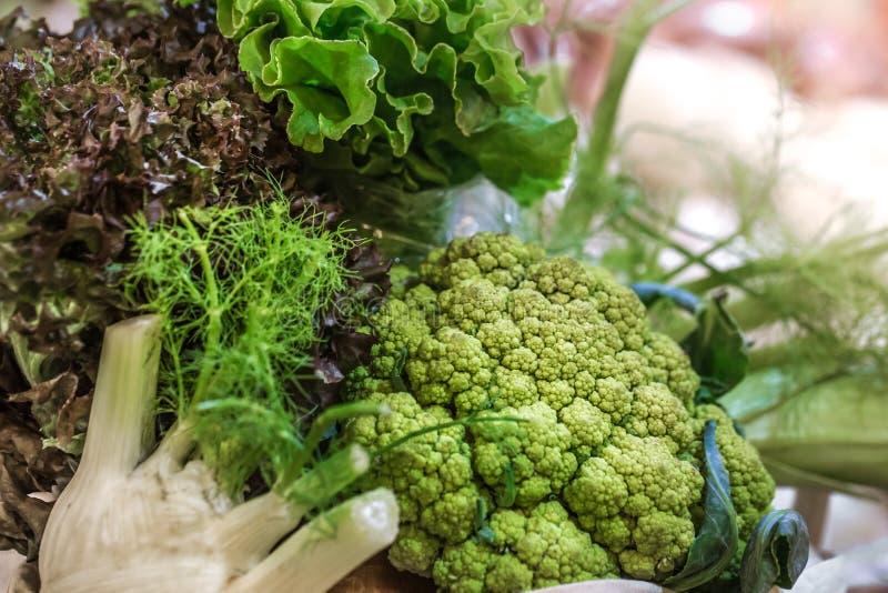 Pokaz świeży dojrzały organicznie brokułu rolnika rynek w weekend obrazy stock