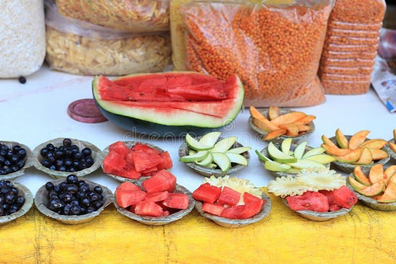Pokaz rżnięte owoc lubi arbuza, surowy mango, jagody, ananas słuzyć w liści pucharach zdjęcie royalty free