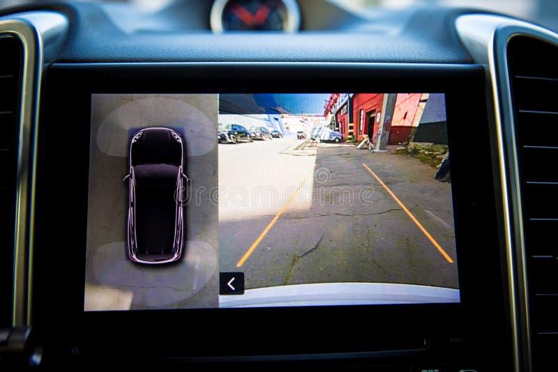 Pokaz w wnętrzu luksusowy samochodowych przedstawień pracować cztery kamery w obwódka widoku parking asysty systemu 360 stopni wi zdjęcie royalty free