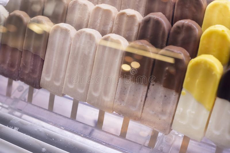 Pokazuje z różnym smakowitym lody typ, popsicles z czekoladą na kijach zdjęcie royalty free