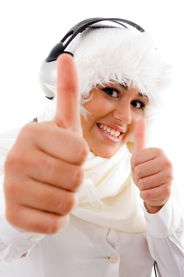 pokazywać kobieta szczęśliwa słuchająca muzyka zdjęcie royalty free