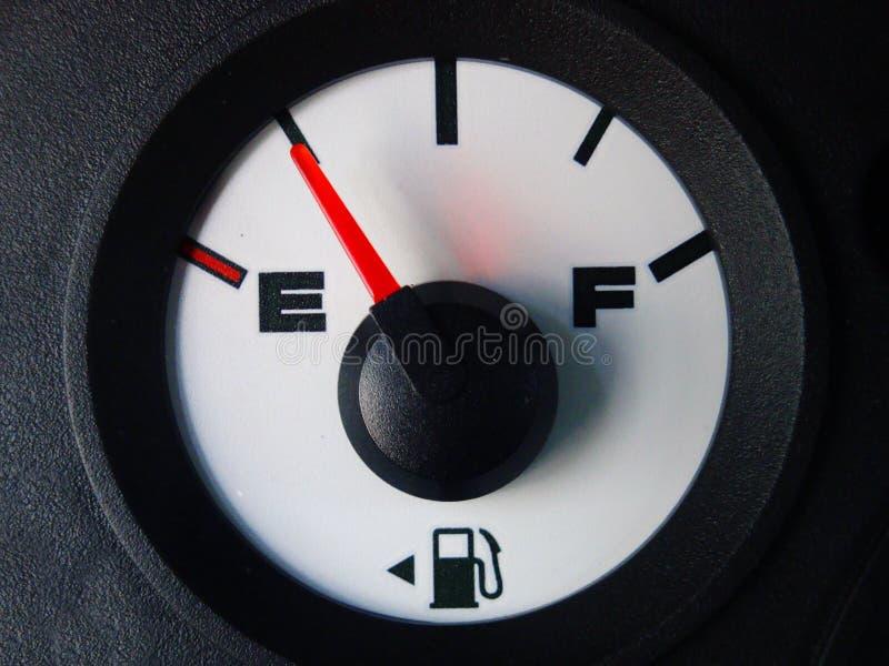 Pokazywać prawie pustego automobilowy benzynowy wymiernik zdjęcie stock