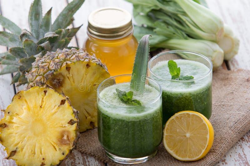 Pokchoy e suco da mistura do abacaxi foto de stock royalty free