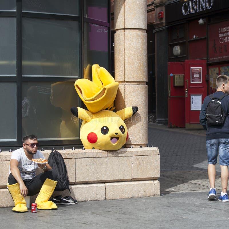 Pokemon服装的演员吃午餐在唐人街地区 免版税库存照片