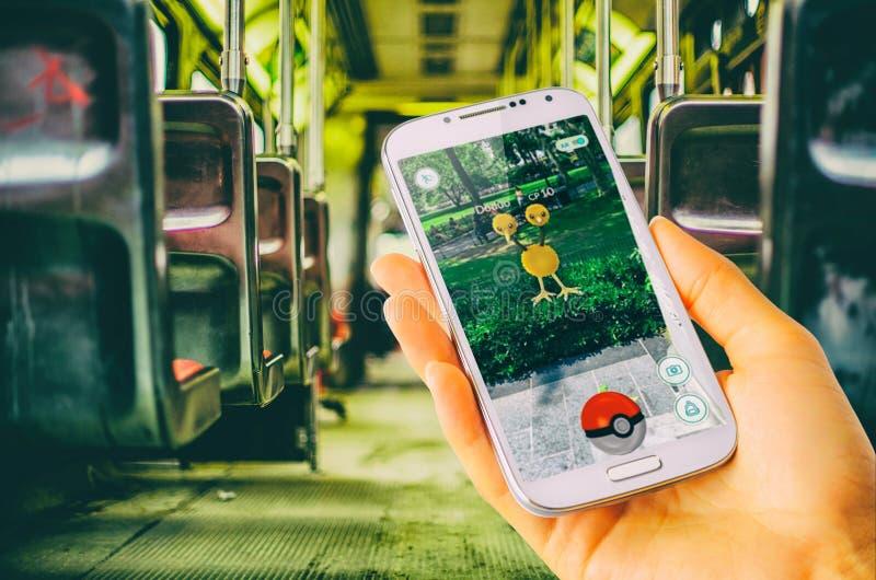Pokemon går förestående - den rymda smartphonedoduoen royaltyfri bild