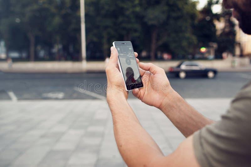 Pokemon Go играя игру smartphone addi стоковая фотография rf