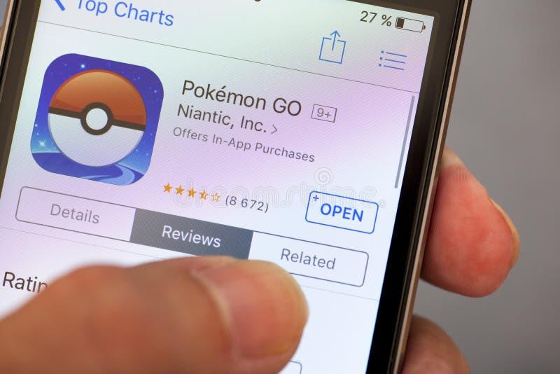 Pokemon Iść zastosowanie w App Store na jabłczanym iPhone w osob brzęczeniach zdjęcie stock