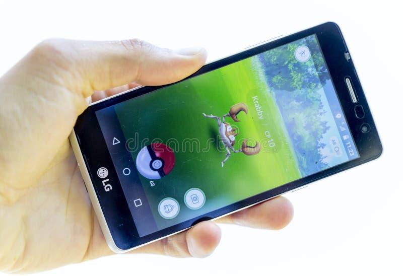 Pokemon va juego en una mano Krabby foto de archivo