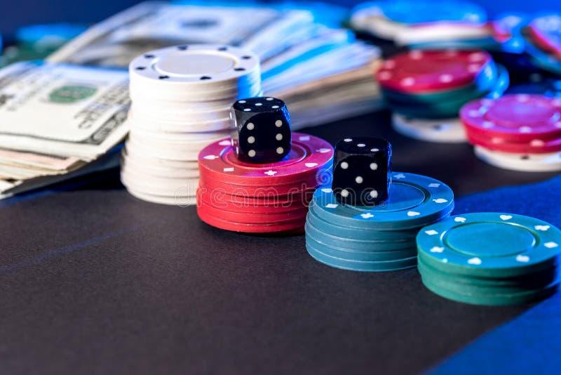 poker cards, chiper, tärning och dollar arkivbilder