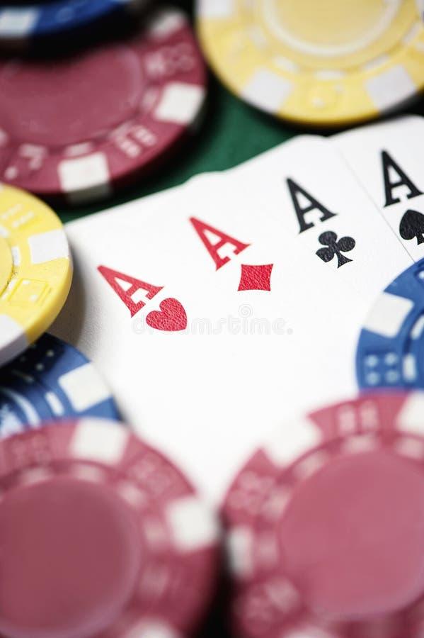 Poker, Chips und Karten auf grüner Tabelle stockbild
