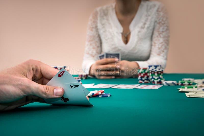 Poker, speler met perfecte combinatie versus speler stock foto's