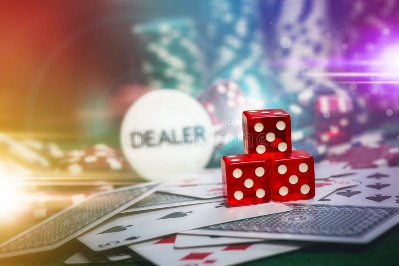 Pokerchiper i grön tabell för kasinovågspel med len signalljusbelysning arkivbild