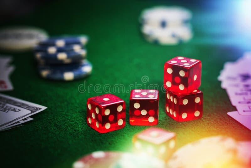 Pokerchiper i kasino spelar den gröna tabellen royaltyfri foto