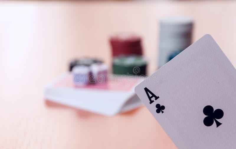 Pokerchiper och generiska spela kort arkivbilder