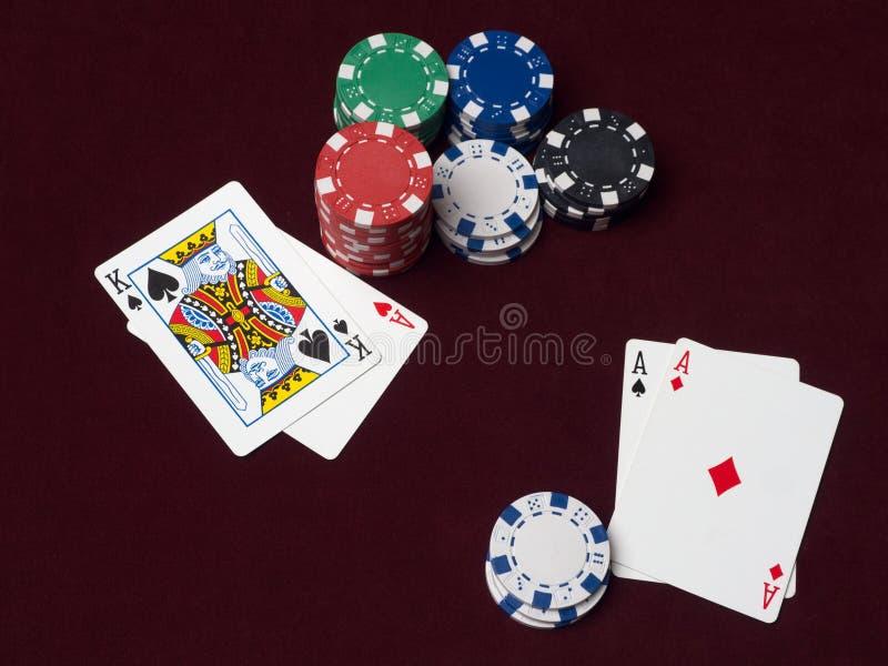 Pokerchiper och kort på den röda torkduken royaltyfria bilder