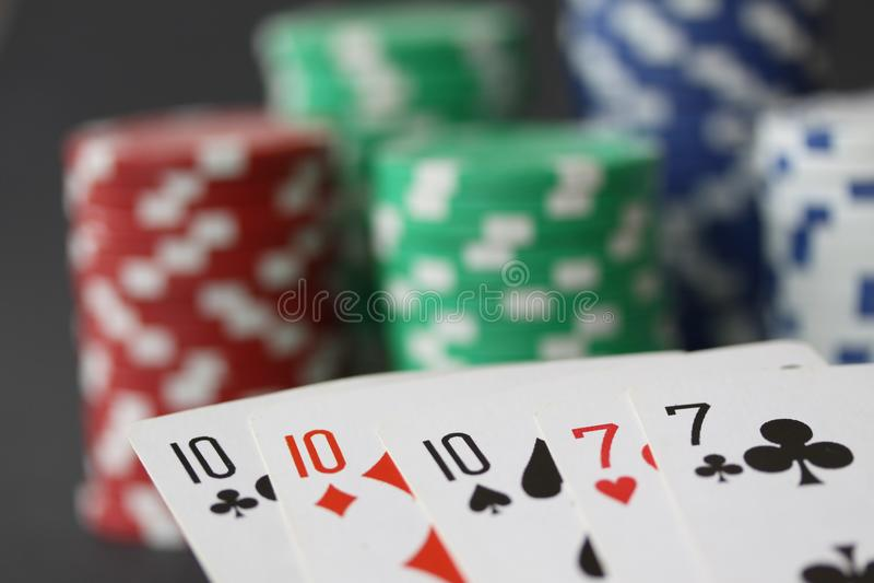 Pokerchiper och kort som visar utsålt med 10 och överdängaren i slut upp arkivbilder