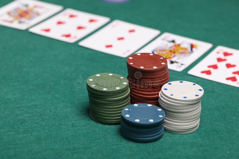 Pokerchiper på en pokertabell royaltyfri fotografi