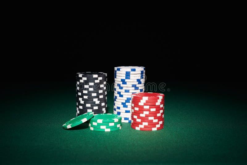 Pokerchiper på tabellen royaltyfri bild