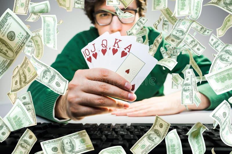 Pokerchiper som faller på en grön tabell arkivbild