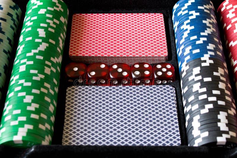 Pokerchiper, tärning och kort Pokeruppsättning abstrakt lekillustration för begrepp 3d arkivbild