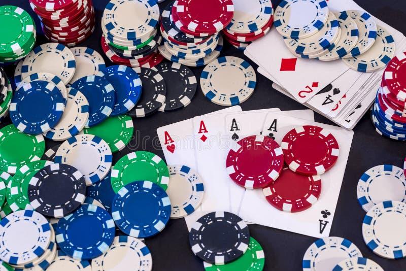 Pokerchips gemischt mit Karten stockfotografie